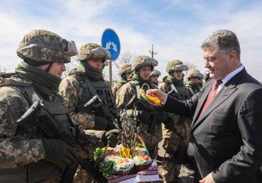 Петр Порошенко поздравил николаевских десантников c праздником и передал паски, испеченные его женой