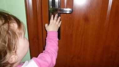 В Корабельном районе спасатели открыли помещения, в которых закрылись дети