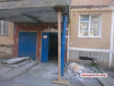 У подъезда николаевской многоэтажки рухнула стена, поддерживающая козырек