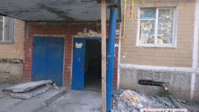 У подъезда николаевской многоэтажки рухнула стена, поддерживающая козырек | Корабелов.ИНФО
