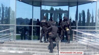Обыски на «Ника-Тере»: вооруженные спецназовцы кувалдой взломали ворота (ВИДЕО) | Корабелов.ИНФО image 2