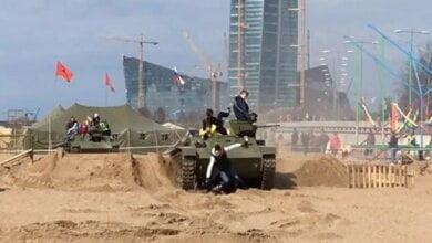 На фестивале в Петербурге три человека попали под танк, на котором катались (Видео) | Корабелов.ИНФО