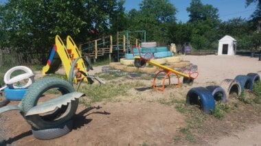 В Корабельном районе продолжают ремонт сетей уличного освещения и установку детских площадок