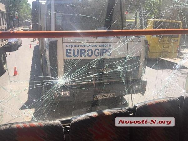 Тягач въехал в николаевский троллейбус – пострадали женщина и двое детей