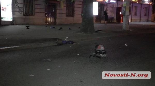 Сбегая от полиции в Николаеве, мотоциклист врезался в столб: мотоцикл разлетелся на куски, водитель - в больнице