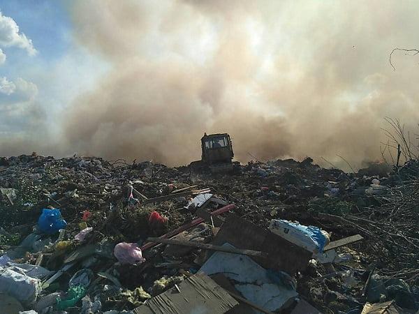 Под Николаевом загорелась городская свалка – к тушению пожара привлекли бульдозер и водовоз