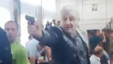 В Никополе стреляли на сессии горсовета: мэра облили зеленкой, депутата - кефиром (ВИДЕО) | Корабелов.ИНФО image 1