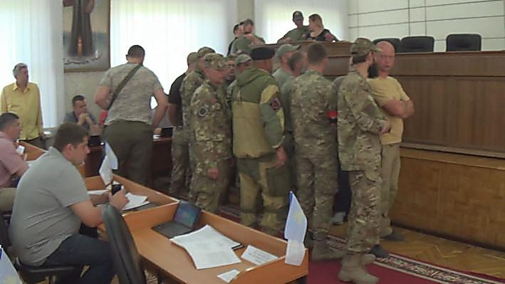 В Никополе стреляли на сессии горсовета: мэра облили зеленкой, депутата - кефиром (ВИДЕО)