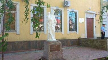 У здания Николаевской прокуратуры установили памятник Девы Марии с младенцем