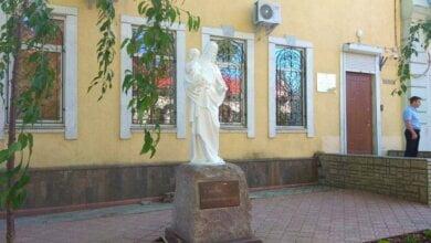 У здания Николаевской прокуратуры установили памятник Девы Марии с младенцем | Корабелов.ИНФО