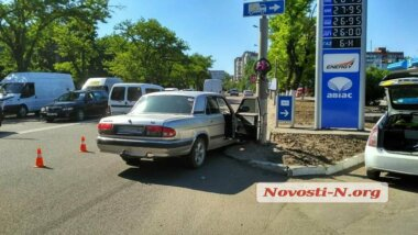 На проспекте Богоявленском «Волга» врезалась в фонарный столб