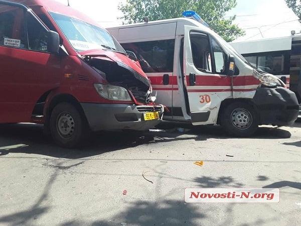 В центре Николаева маршрутка протаранила «скорую» – пострадали трое человек