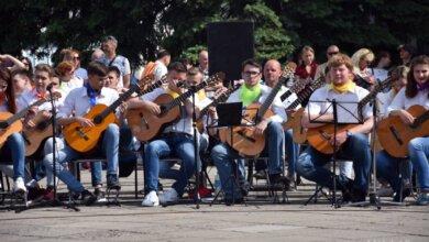 Photo of 200 гитаристов в Николаеве исполнили гимн Европы (Видео)