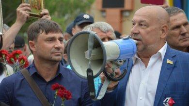 Photo of В Николаеве облили кефиром депутатов-«оппоблоковцев», которые возглавляли акцию «Бессмертный полк»