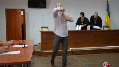 Суд вернул в Николаевское СИЗО рецидивиста, подозреваемого в нападении на спортсмена – тот порезал себе шею и руки | Корабелов.ИНФО image 1