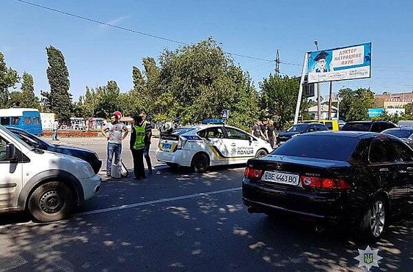 В Николаеве полицейский за рулем BMW Х5 сбил женщину, переходившую дорогу рядом с пешеходным переходом   Корабелов.ИНФО image 4
