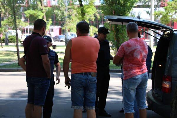 Не поделили парковку: в Николаеве водители устроили перестрелку - десятки детей в панике разбежались в разные стороны