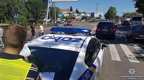 В Николаеве полицейский за рулем BMW Х5 сбил женщину, переходившую дорогу рядом с пешеходным переходом