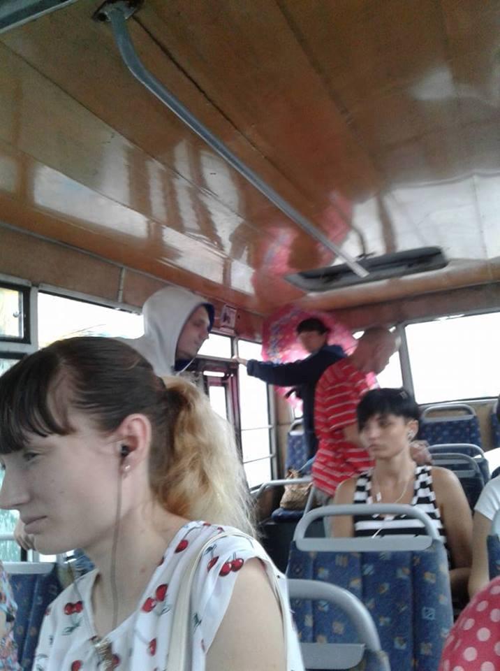 пассажиры в маршрутке с дырявой крышей