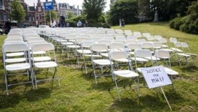 298 пустых стульев поставили у посольства России в Нидерландах в память о сбитом MH17 над Донбасом | Корабелов.ИНФО