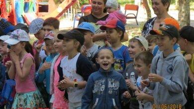 Рожевий слон і динозавр, морозиво і безліч розваг: у Корабельному районі відсвяткували День захисту дітей | Корабелов.ИНФО image 22