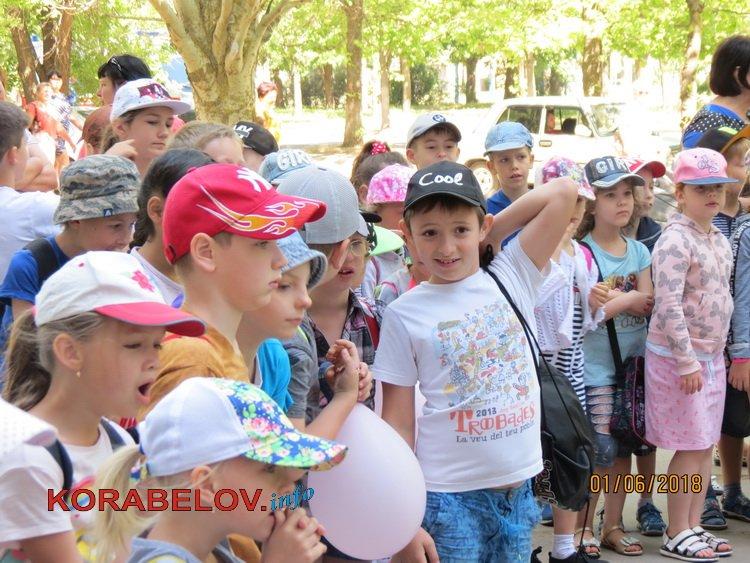 Рожевий слон і динозавр, морозиво і безліч розваг: у Корабельному районі відсвяткували День захисту дітей