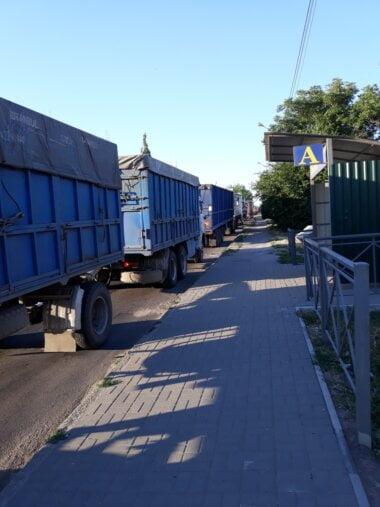 фуры на объездной дороге в Корабельном районе