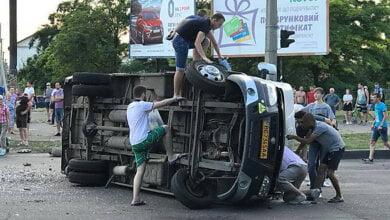 В Николаеве пьяный водитель на «Ниссане» перевернул маршрутку, полную пассажиров, есть пострадавшие (ВИДЕО) | Корабелов.ИНФО image 1