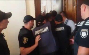 стічка активистов с полицией в горсовете