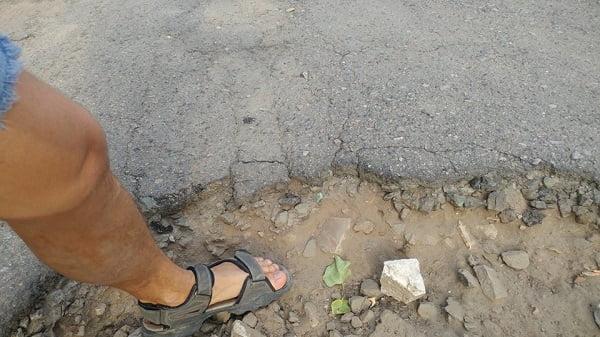 """«Ямы до полуметра в глубину», - житель Корабельного района о состоянии дороги, ведущей к """"многоэтажкам"""" (ВИДЕО)"""