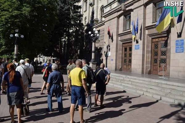 Николаевские активисты вывесили два флага УПА на фасаде здания горсовета
