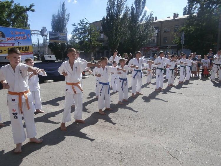 Яркий концерт, чествование спортсменов, призы и веселье: в Корабельном отметили День молодежи (ФОТО, ВИДЕО)