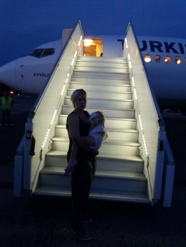 Малышка из Корабельного района вылетела с мамой в Стамбульскую клинику, но средств на оплату лечения пока недостаточно