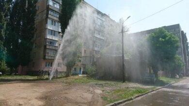 Photo of «Фонтан высотой до 6 этажа», — во дворе жилого дома в Николаеве прорвало водопровод