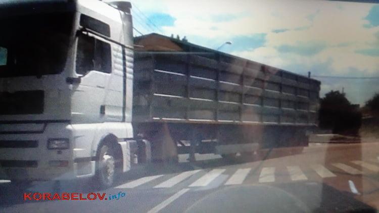 """""""Зерновоз"""" повредил недавно уложенный асфальт в Корабельном районе"""