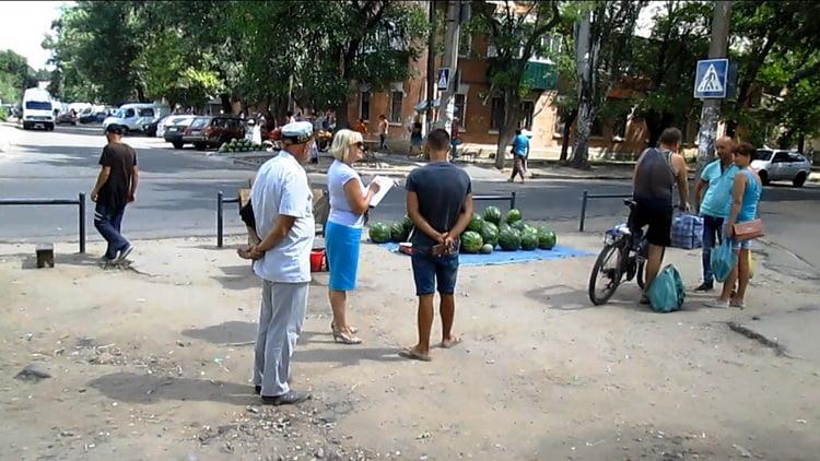 стихийная торговля возле школы №33