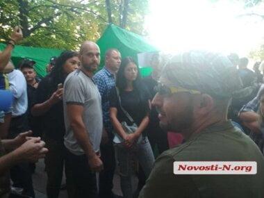 Под горисполкомом Николаева конфликтуют активисты и «зоозащитники» – возникают потасовки (ВИДЕО)