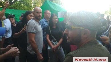 Под горисполкомом Николаева конфликтуют активисты и «зоозащитники» – возникают потасовки (ВИДЕО)   Корабелов.ИНФО