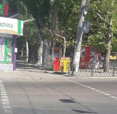 «Снова нарушают», - житель Корабельного района просит убрать рекламные конструкции с тротуара на проспекте