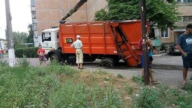 """""""Третий пошел"""": в Корабельном районе снова под мусоровозом провалился асфальт   Корабелов.ИНФО image 3"""