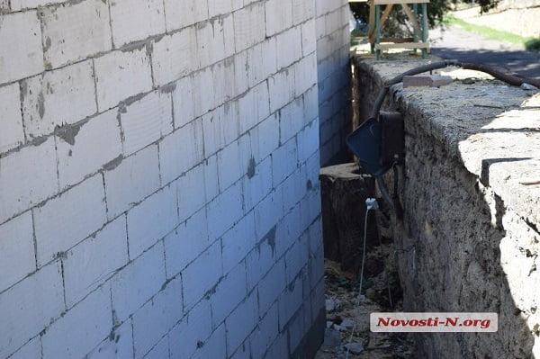 В зеленой зоне в центре Николаева несколько месяцев идет незаконная стройка, а городские власти молчат