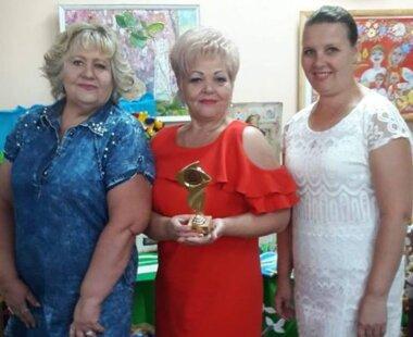 в центре - Лариса Грицюк с наградой