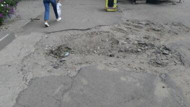 испорченный коммунальщиками тротуар