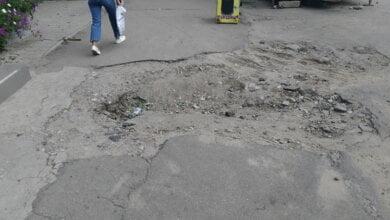 Комунальники в Корабельному районі Миколаєва понівечили тротуар та покинули місце, де рили яму | Корабелов.ИНФО
