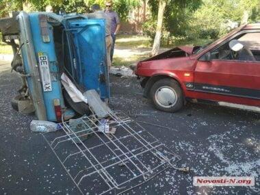 «Москвич» в Николаеве перевернулся на бок после столкновения с «Ладой»