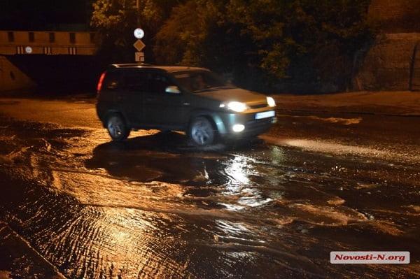Очередной прорыв канализации в Николаеве: мощный поток нечистот устремился в лиман