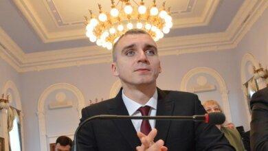 "Photo of ""Тупо, по беспределу"": Сенкевич теперь не знает хозяина незаконной застройки на остановке"
