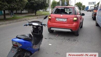 В Николаеве мопедист разбил головой заднее стекло автомобиля и влетел в салон | Корабелов.ИНФО image 5