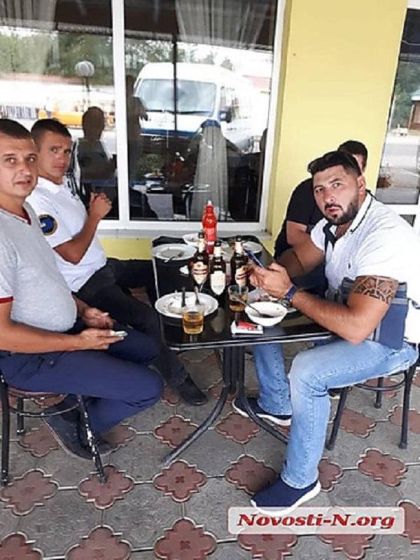 """«Гуляй, душа», - сотрудников николаевской """"Укртрансбезопасности"""" в рабочее время заметили с пивом в кафе"""
