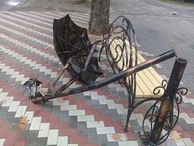 «Сколько раз сломают – на один раз больше поставим заново», - в Николаеве вандалы повредили арт-объект и фонарь